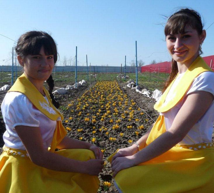 Воспитанницы школы-интерната  Маргарита Паленко  и Тамара Кекава