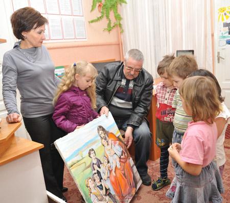 Художник подарил картины детям