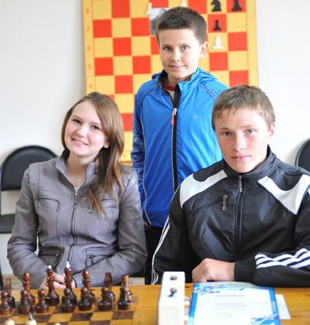На снимке (слева направо) сидят: Наталья ПАТРУШЕ-ВА, Анатолий КУЛЬБАЧЕНКО, стоит Кирилл МУХИН.