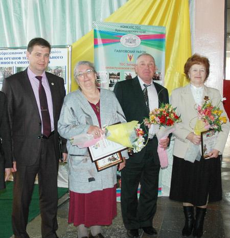 Слева направо: глава района А.В. МЕЛЬНИКОВ, председатели ТОСов Л.А. КОЛЕСНИКОВА, В.М. ЛЫСЕНКО, В.Т. ГОРБАЧЕВАКак
