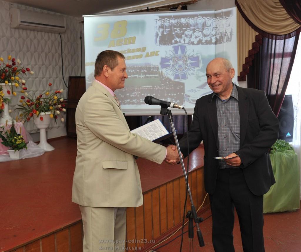 Н.А. Кирьян вручает медаль капитану милиции в отставке Ю.Г. Яському