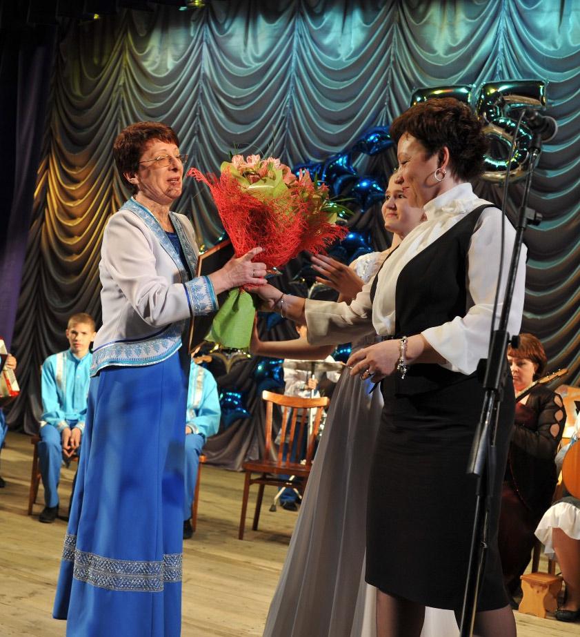 Цветы и грамоты а Елене Берестовой. Награду краевого уровня вручает Татьяна Бойко.