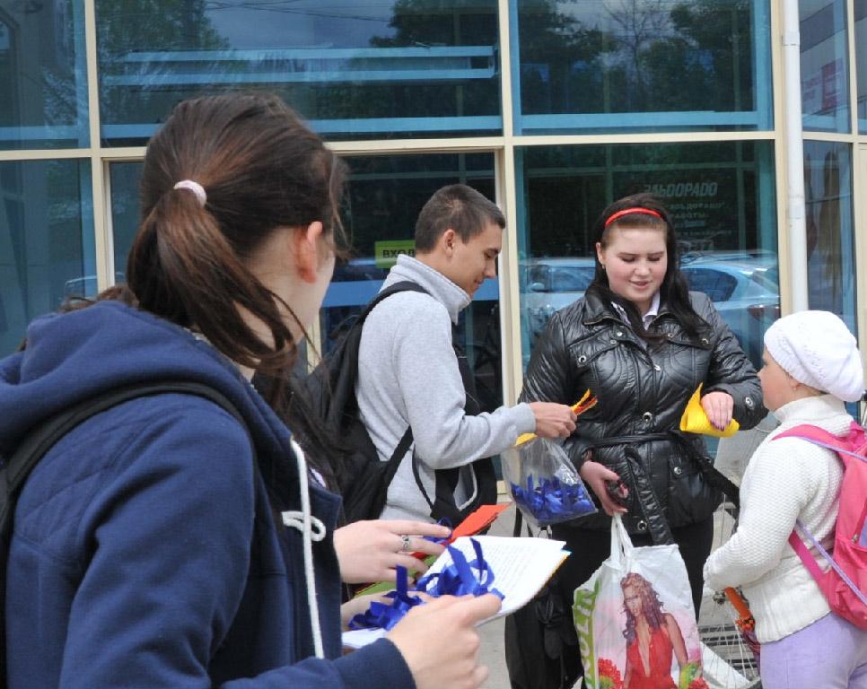 На улицах Павловской волонтеры раздают ленточки и листовки акции