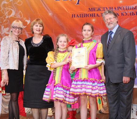 Г.Н. Копрякова (вторая слева) вместе с воспитанниками и членами жюри фестиваля. Фото представлено Г. Копряковой.