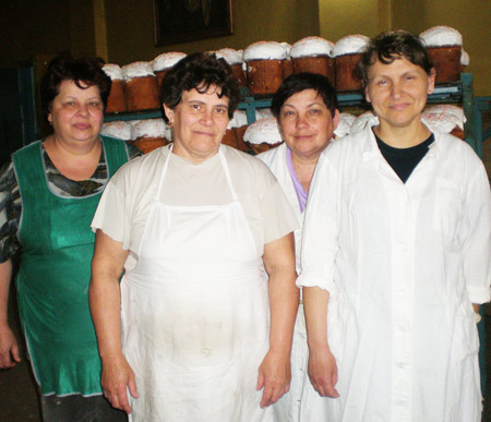 Слева направо: работницы хлебобулочного цеха В.Ф. Малеева, А.В. Тарасенко, С.Н. Сушко и А.Л. Саломатина - на фоне своих пасхальных творений.