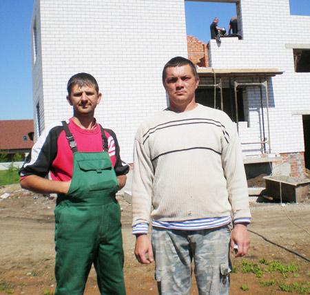Строители Р.М. Гришин (слева) и А.Т. Дворяткин возводят дом для детей-сирот