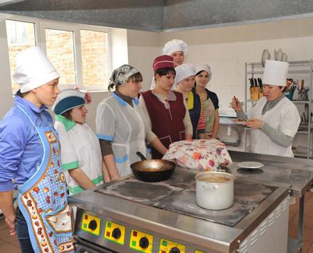Мастер производственного  обучения Л.А. Мухина в поварской лаборатории готовит с ребятами расстегай из дрожжевого теста.