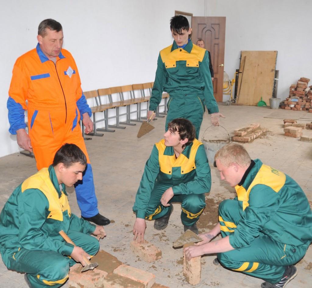 Занятии в строительной лаборатории проводит мастер В.И. Медведев