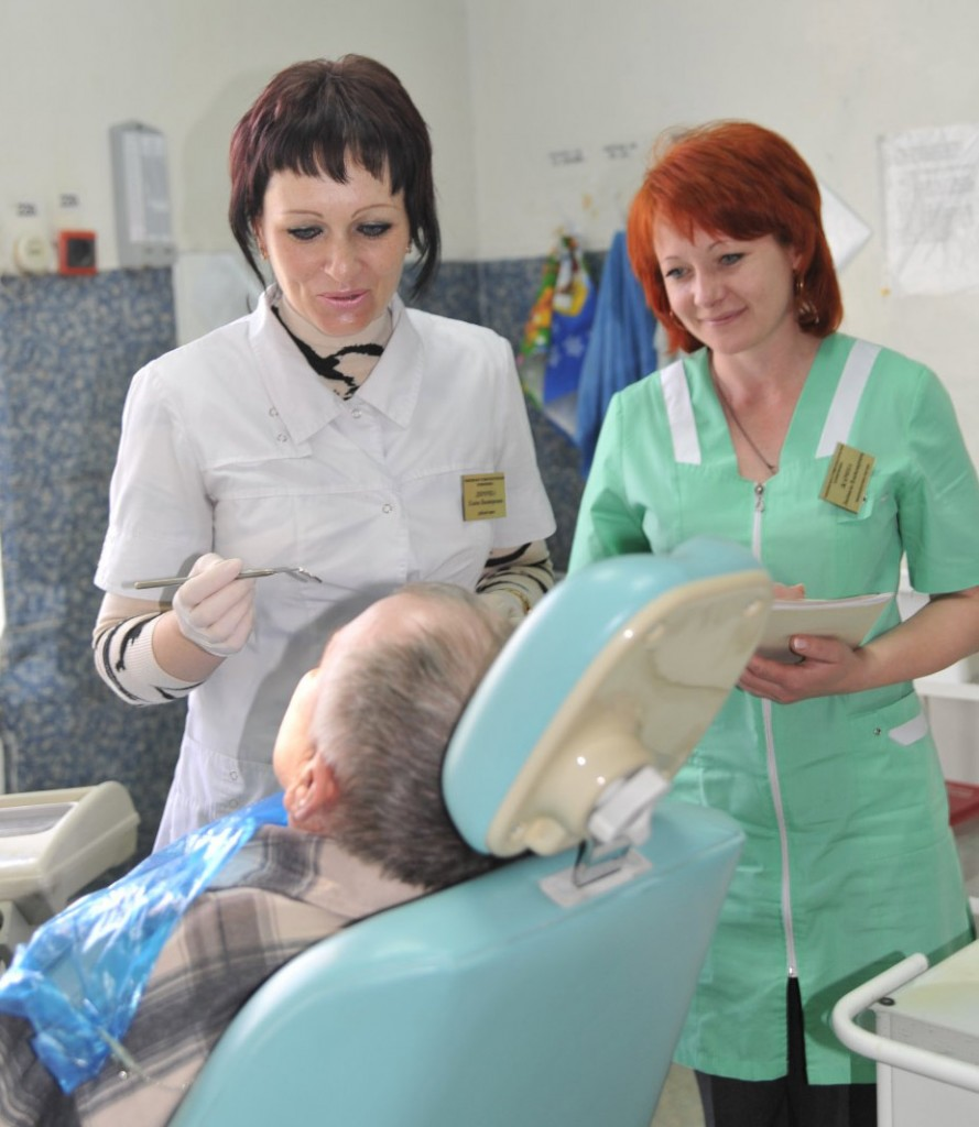Е.В. Дирочка (слева) и Л.В. Жарина ведут прием