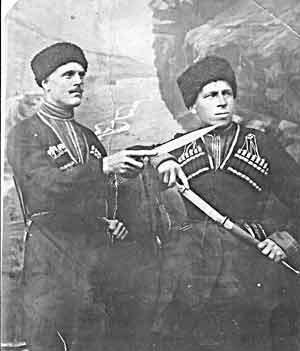 1925-30-е годы. Пантелей Галактио-нович ЧЕРЕДНИЧЕНКО (слева)