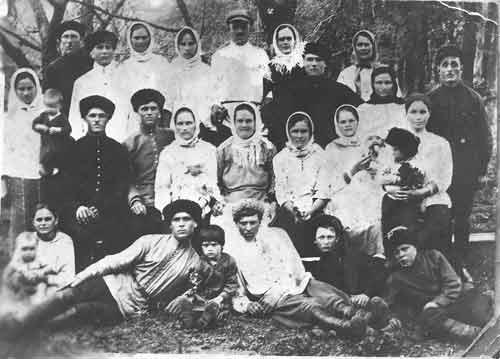 Семья ЧЕРЕДНИЧЕНКО. Глава – Галактион Васильевич (стоит крайний справа)