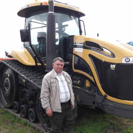 Председатель хозяйства Владимир ГУЛЯЙ возле недавно приобретённого трактора «Челленджер»