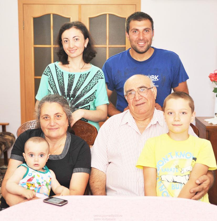 Семён Георгиевич и Соня Ивановна с младшим сыном   Иваном,                 невесткой Элиной, внуками Соней и Никитой