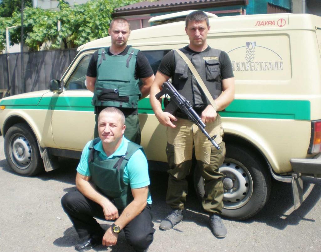 Слева направо – Н. СУШКО (присел), В. СЕРИКОВ и Н. ОСЕЛЕДКО – в полной боевой экипировкеОб