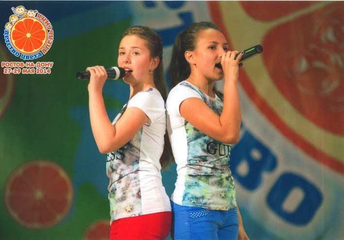 Ульяна СТАДНИК  и Виолетта БОНДАРЧУК                (слева направо) на международном фестивале    «Детство цвета апельсина»  Фото из личного архива девочек