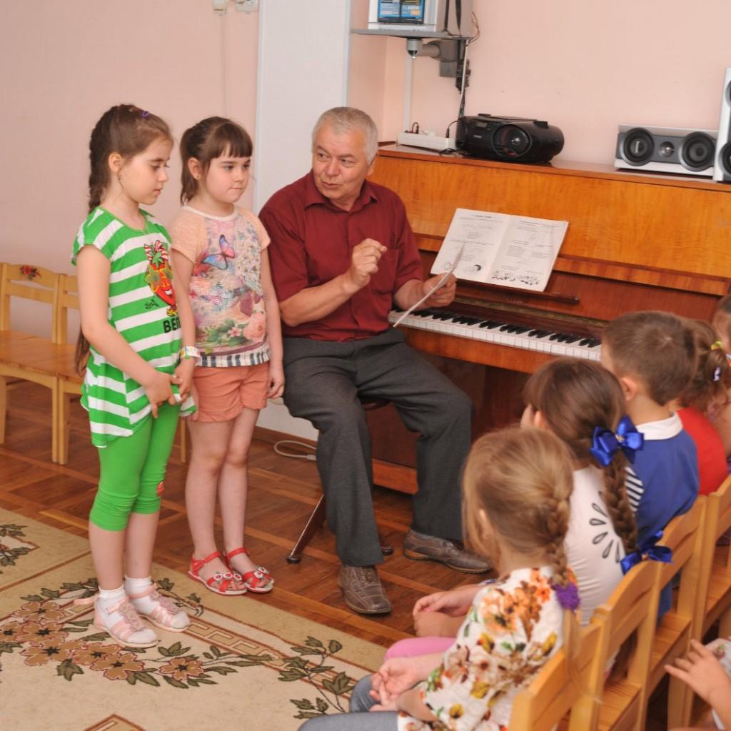 Вячеслав Иванович ШУБИН                                                          во время музыкального занятия   Фото М. Касьяна