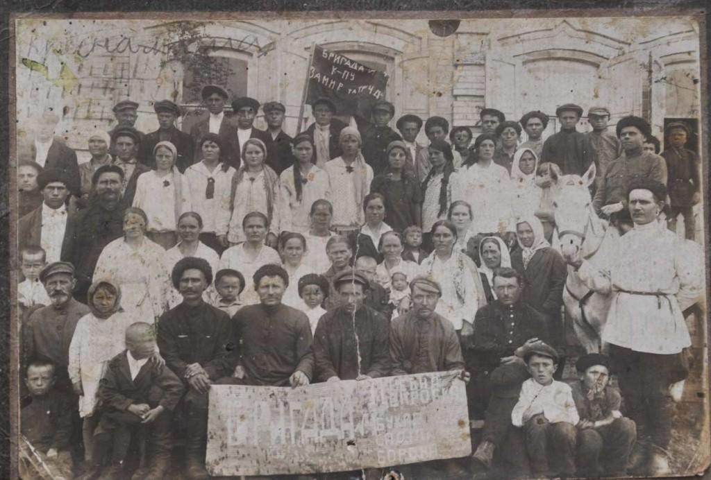 Бригада колхоза «За мир и труд» перед праздничной демонстрацией. Снимок 30-х годов
