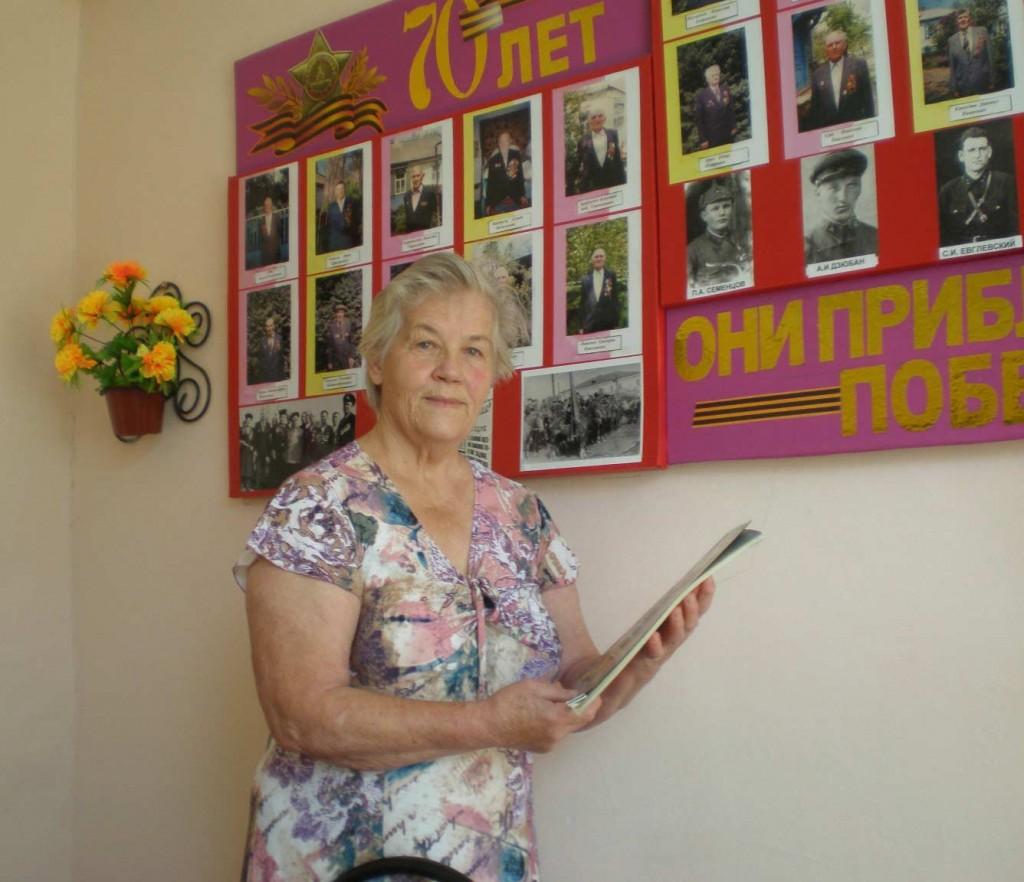 Беспокойная душа «Родилась в Незамаевской на пятый день войны», – так говорит о себе автор этой статьи Алина Иосифовна Бессчётнова (на снимке). Училась в местной школе. Закончила её в 1958‑м. Поступила в Анапский сельскохозяйственный техникум – на винодельческое отделение. С 1961‑го по 1971‑й возглавляла садово‑огородную бригаду, была агрономом бригады № 4 и агрономом-энтомологом колхоза «Страна Советов». Следующие жизненные этапы – секретарь парткома хозяйства, директор СШ № 53 (её уже нет в станице). В соседней Крыловской, куда переехала семья, работала в райисполкоме и директором школы. Потом – директором в СШ № 5 ст. Весёлой. С 1993‑го постоянно живёт в Незамаевской. В СШ № 14 проработала более 20 лет, а общий её педстаж – 38 лет. Трудовой – без малого полвека. Вела в родных школах природоведение, основы агрономии, историю и обществознание. Алина Иосифовна придавала очень большое значение образованию. Поэтому закончила два вуза – Ленинградский сельхозинститут в г. Пушкине (Царское Село) и педагогический факультет Московской сельхозакадемии им. Тимирязева. Ветеранскую первичку возглавляет последние пять лет. В 2009 она написала книгу «Незамаевская» об истории и людях станицы. Сейчас работает над её переизданием. Она – почётная казачка станицы. Корни эти – по материнской линии. В местном казачьем обществе таких шестеро, включая известного всем В.И. Муравленко.