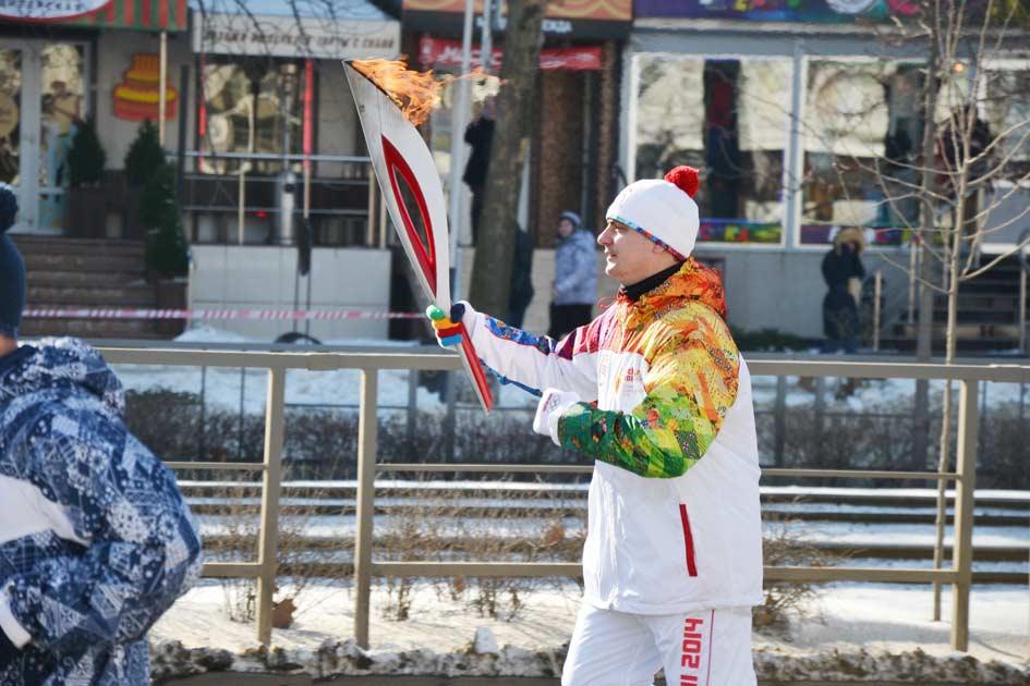 Александр Фицкий с олимпийским факелом 4 февраля 2014 года