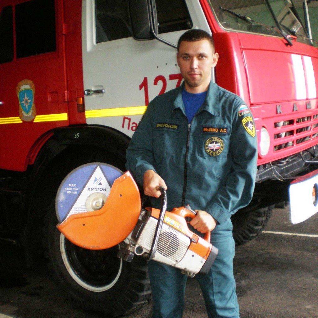 А.С. Мышко с рабочим инструментом               спасателя – бензомоторной пилой
