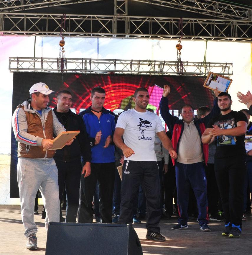 Команда Северного поселения, занявшая первое место в перетягивании каната. Фото М. Касьяна.