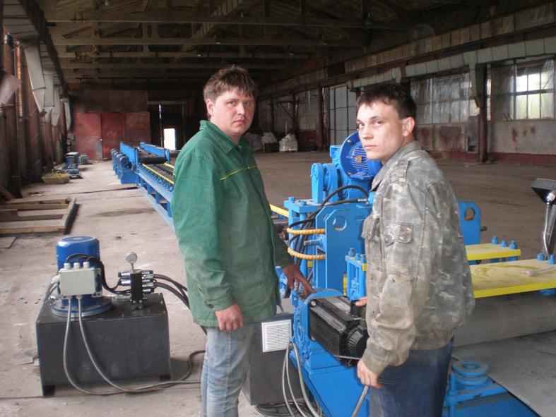 Слева направо: операторы стана холодной прокатки Д.О. КОЛОМИЕЦ и     Д.П. ХОЛОДНЫЙ готовы к работе