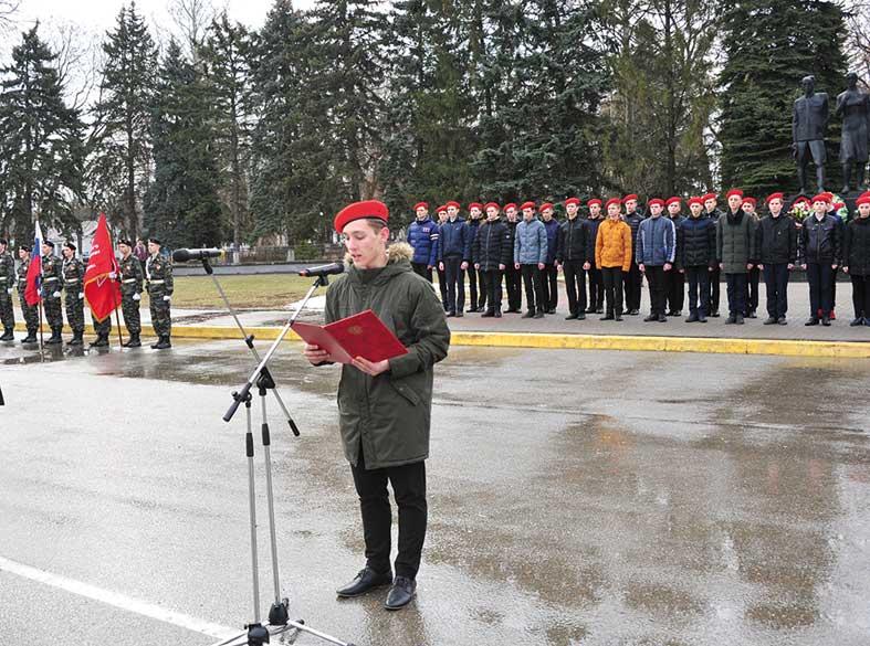 Больше 40 старшеклассников на площади Победы торжественно дали клятву юнармейца.