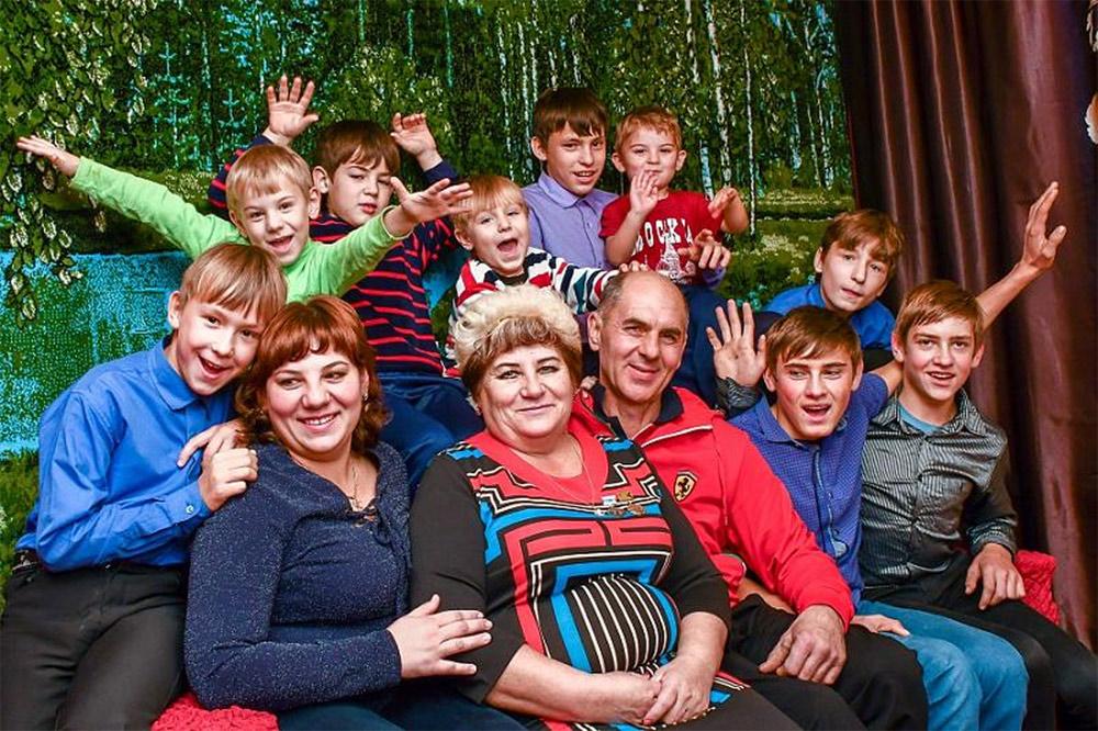 Сергей и Марина Пажитневы воспитывают восемь детей, шестеро из которых - приемные