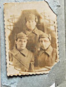 На снимке военной поры  Т.Д. КАРПЕНКО крайний справа
