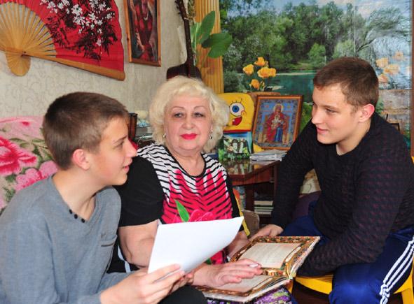 Творческие споры – обычное дело. На снимке вместе с Н.В. КВАША ее внуки Кирилл (слева) и Даниил МУШУК. Ребята – начинающие наши юнкоры.