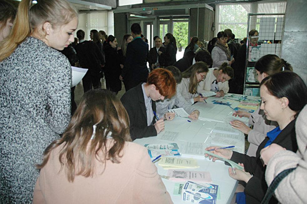 Центр занятости населения Павловского района регулярно проводит ярмарки вакансий и учебных мест. На снимке специалисты проводят тестирование старшеклассников,  чтобы определить, к какому виду деятельности есть склонность.