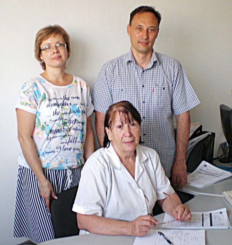Слева направо: специалисты «Техады» Н.П. НИКАНОРОВА, З.С. ЧЕРНИК и В.П. КОРОТКОВ. Они обстоятельно ответили на все вопросы сотрудника «Единства».
