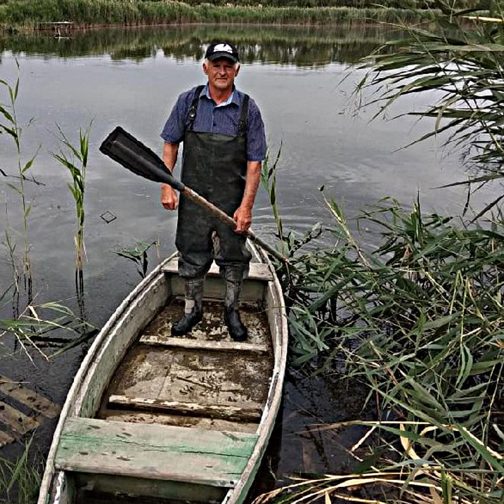 Николай Борисович ЧЕХУТСКИЙ вот уже 20  лет занимается рыбоводством. На воде он порой проводит больше времени, чем на земле...