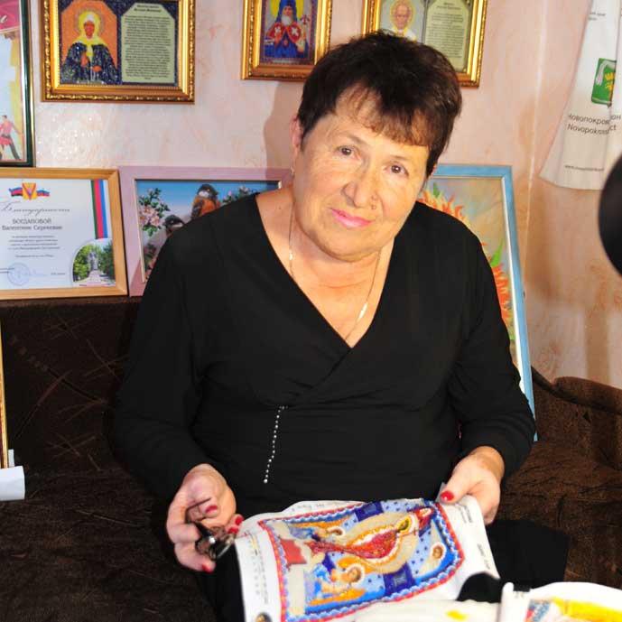 Все свои бисерные иконы В.С. БОГДАНОВА обязательно освящает в храме. Фото М. Касьяна.