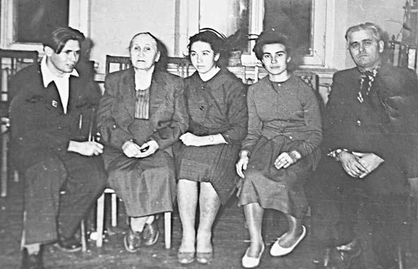 На открытии музейной комнаты Д.П. Жлобы. Слева направо: Владимир Кукса, вдова комдива Дарья Жлоба, Нина Бутко (Мышко), Аза Шумко и Василий Швец.